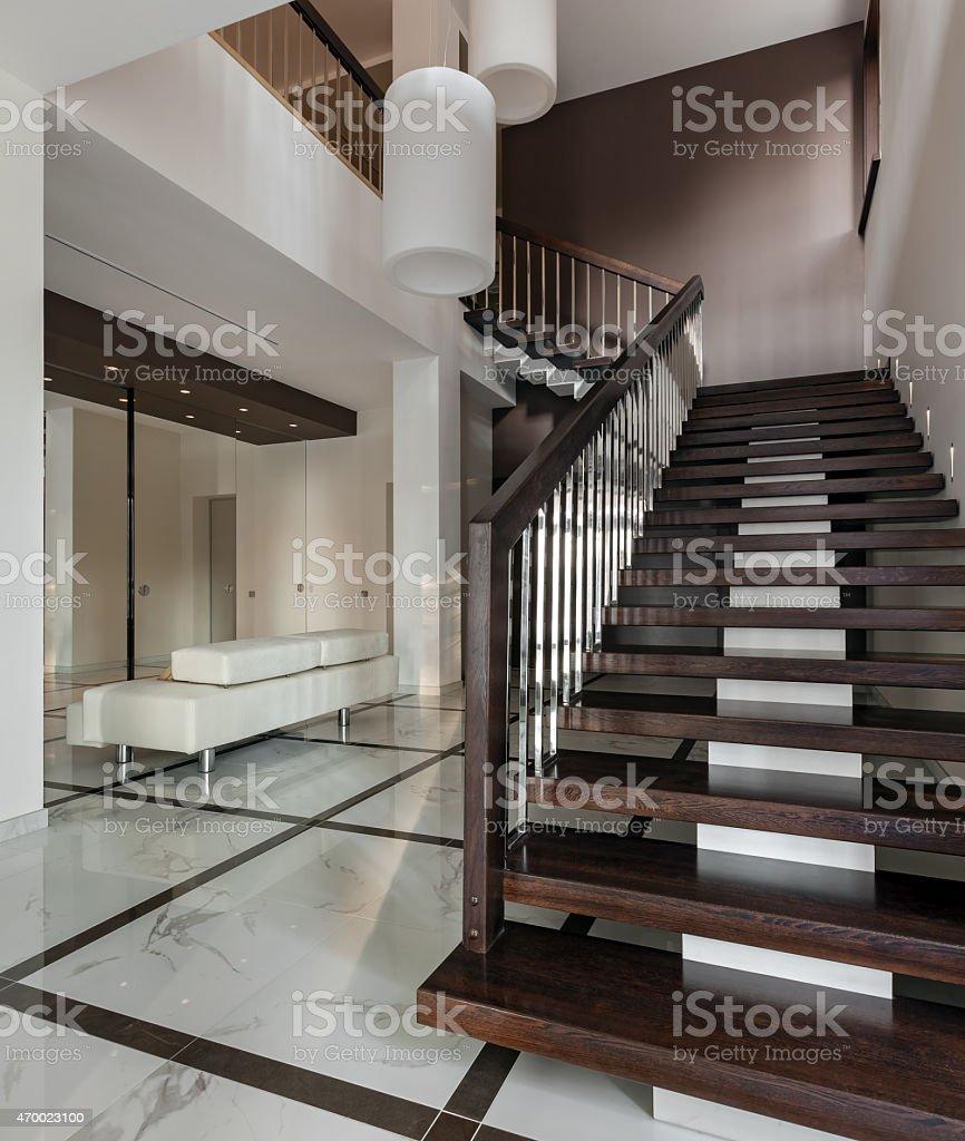 Photo libre de droit de Hall Avec Escalier Intérieur De Luxe banque  d\'images et plus d\'images libres de droit de {top keyword}