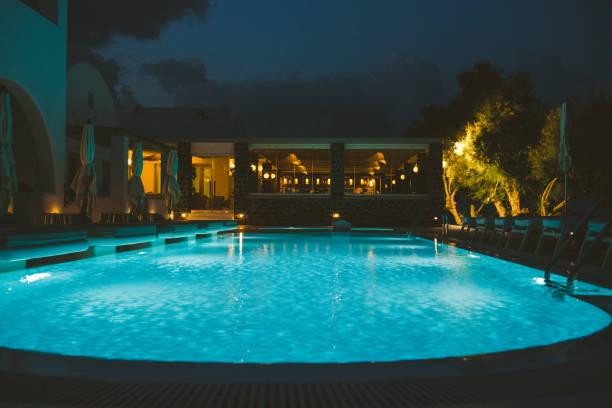 Luxus-Ferienresort mit Pool am Abend – Foto