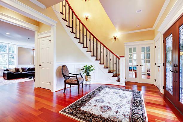 Luxus-home Eingang mit Kirsche Hartholz Etage und der Treppe. – Foto