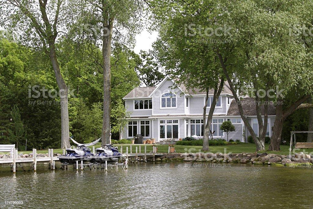 Lujo su hogar lejos del hogar en el lago - foto de stock