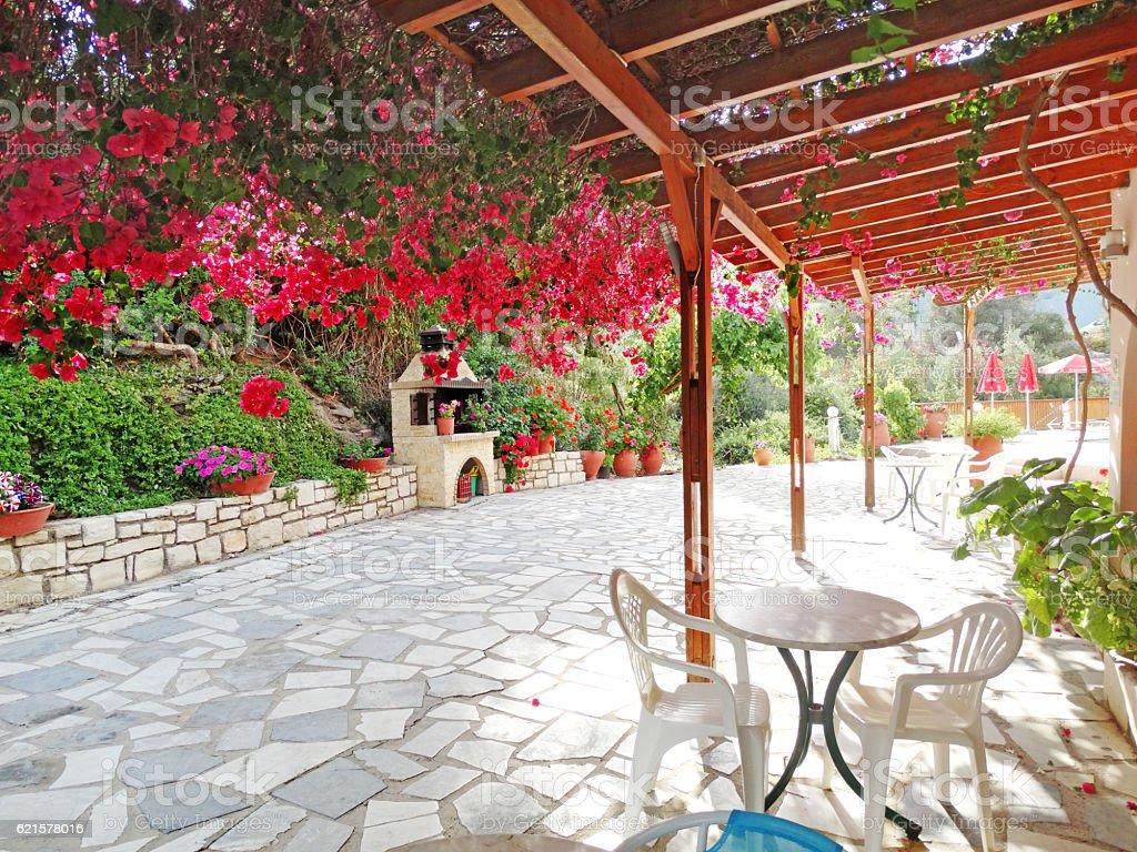 Bâtiment de l'hôtel de luxe avec balcon et terrasse, Santorin, Grèce photo libre de droits
