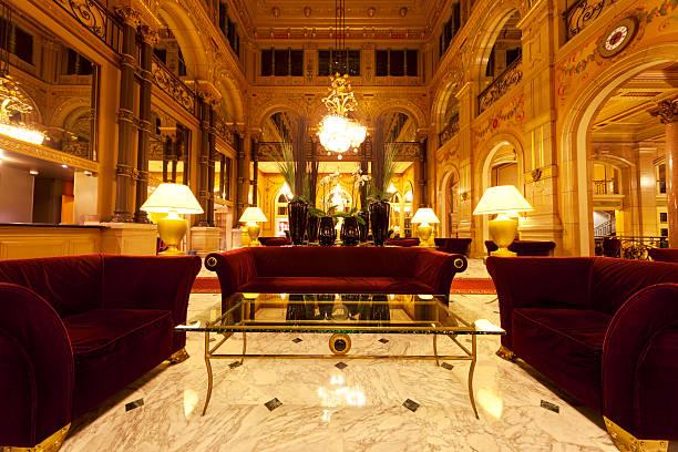 hall de l'hôtel de luxe avec des colonnes - hall photos et images de collection
