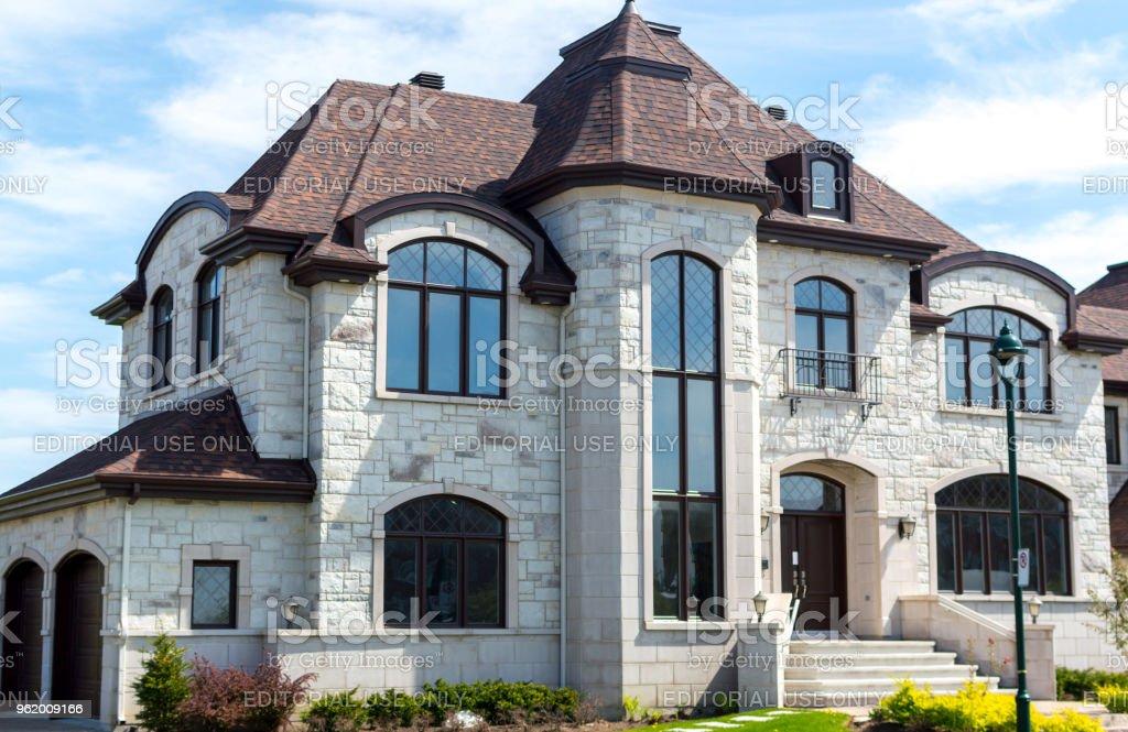 Maison de luxe montr al canada photos et plus d 39 images de arbre istock for Modele de maison de luxe