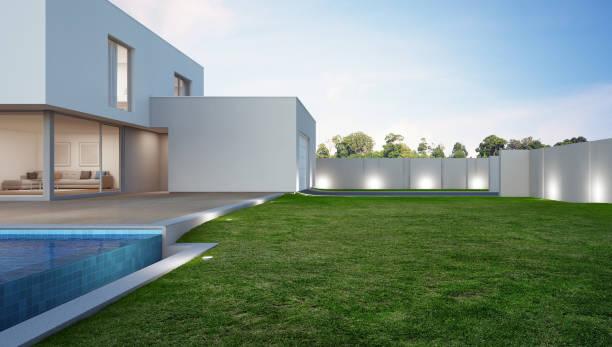luxus-haus mit pool und terrasse in der nähe von rasen in modernem design, ferienwohnung oder ferienhaus für die große familie - vorgarten landschaftsbau stock-fotos und bilder