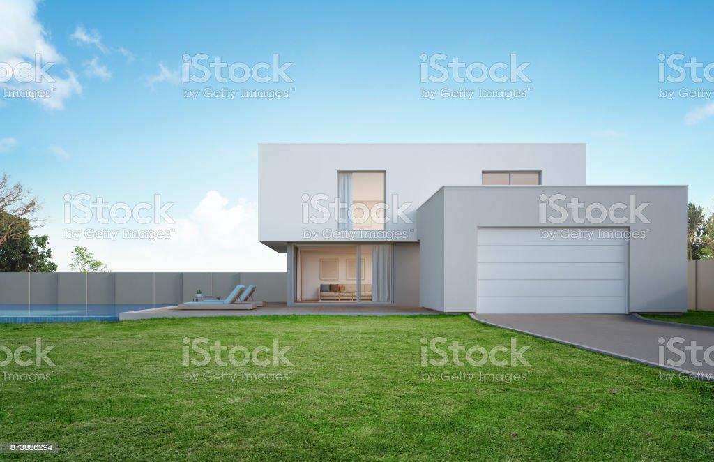 Casa de lujo con piscina y terraza cerca de jardín de diseño moderno, patio vacío en casa de vacaciones o chalet para familia grande - foto de stock