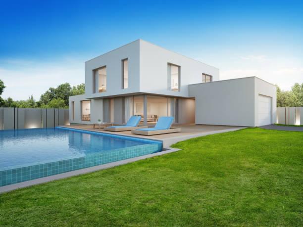 luxus-haus mit pool und terrasse in der nähe von rasen in modernem design, leere vorgarten am ferienhaus oder ferienvilla für große familie - garten haus stock-fotos und bilder