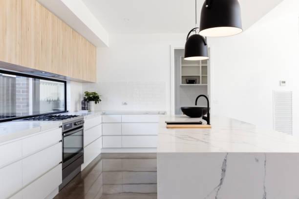 luxuriöse industrieküche mit marmorinsel - landküche stock-fotos und bilder