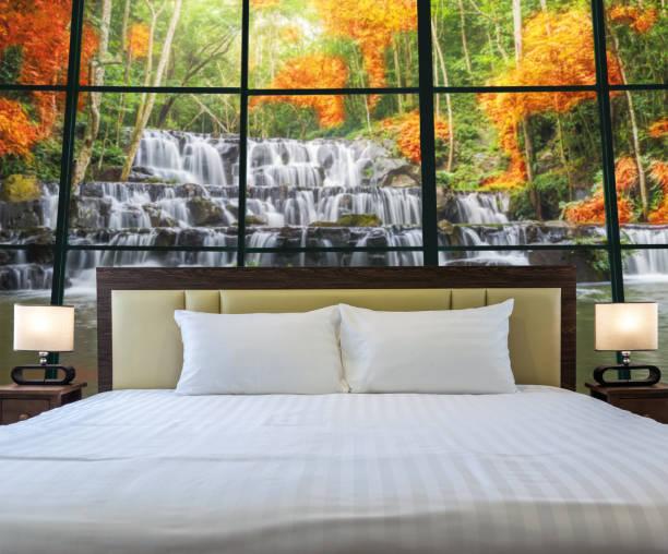 luxury interior schlafzimmer mit fenster glas neben schöner wasserfall in den tiefen wald, entspannen und urlaub konzept, dicut jedem elemente - stockwerke des waldes stock-fotos und bilder