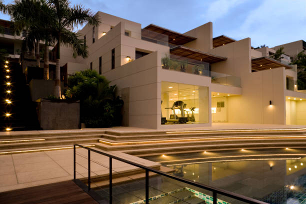 luxus-insel-villa-haus mit pool bei sonnenuntergang - ferienhaus thailand stock-fotos und bilder