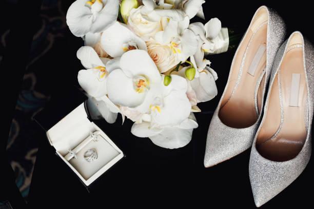 luxus elfenbein schuhe und braut juwel auf dem tisch - goldhochzeitsschuhe stock-fotos und bilder