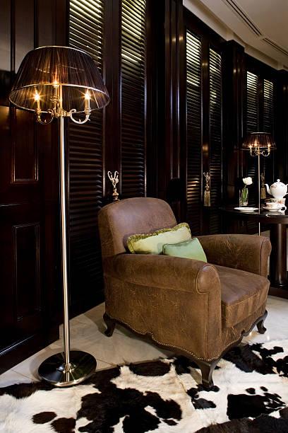 luxuriöse leder-stuhl - ledersessel braun stock-fotos und bilder