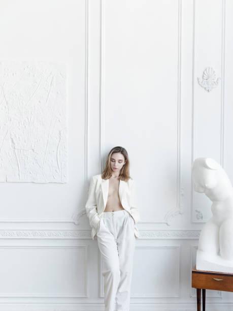 estilo de vida de lujo hermosa mujer joven en apartamento parisino se ve precioso - moda parisina fotografías e imágenes de stock