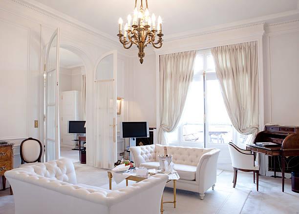 luxus-wohnzimmer - gardinen weiß stock-fotos und bilder