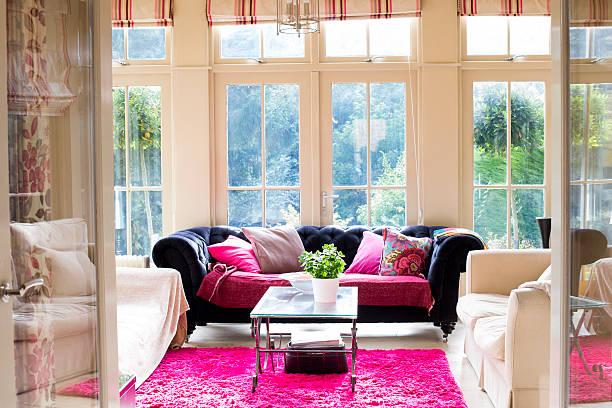 luxus-wohnzimmer - moderner dekor für ferienhaus stock-fotos und bilder