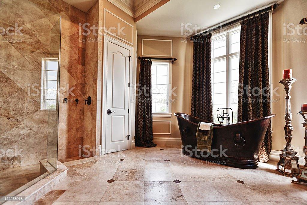 Vasca Da Bagno In Rame Prezzi : Lussuoso bagno principale con vasca da bagno e doccia