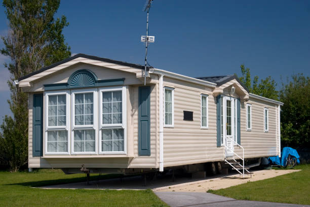 Luxury mobile home slightly elevated A modern luxury static caravan. manufactured housing stock pictures, royalty-free photos & images