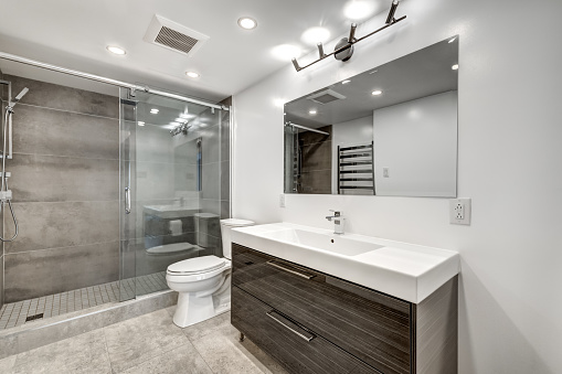 Beautiful renovated apartment in an apartment building with bathroom, new kitchen, new floors, balcony, all white painted
