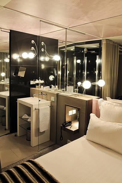 luxuriöse, moderne zimmer innen-xl - moderner dekor für ferienhaus stock-fotos und bilder