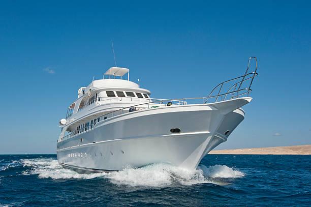 lujoso yate a motor en el mar - yacht fotografías e imágenes de stock