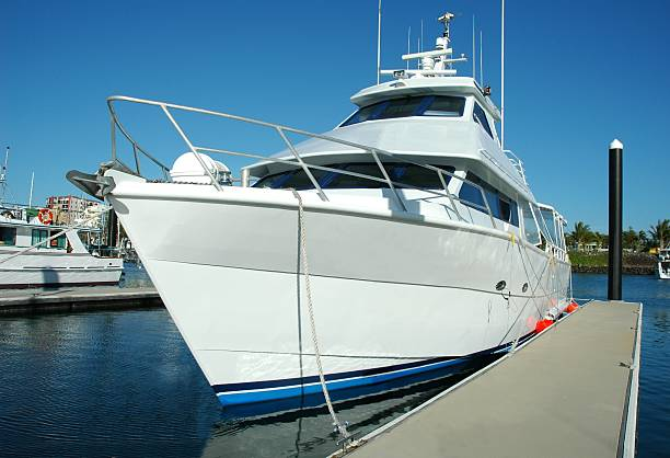 luxury motor yacht - aangemeerd stockfoto's en -beelden