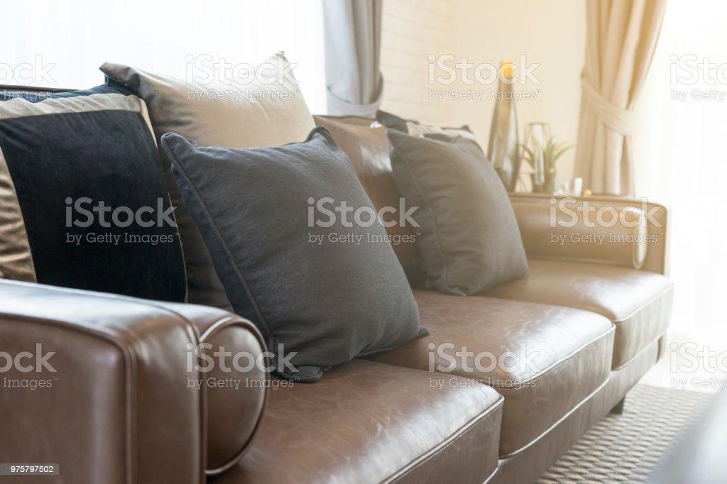 Luxus-Kissen auf dunklen braunen Sofa im Wohnzimmer - Lizenzfrei Behaglich Stock-Foto