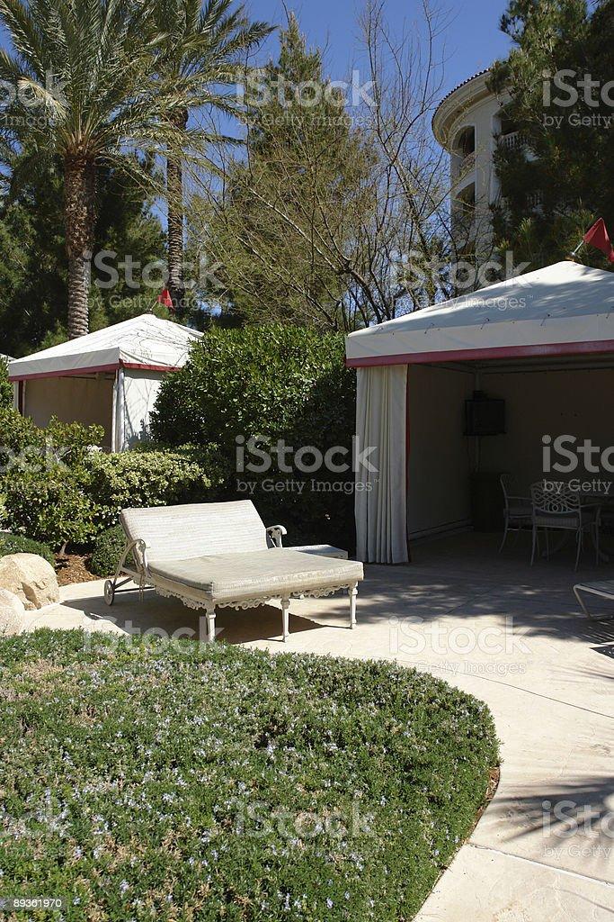 resort di lusso a bordo piscina con cabanas foto stock royalty-free