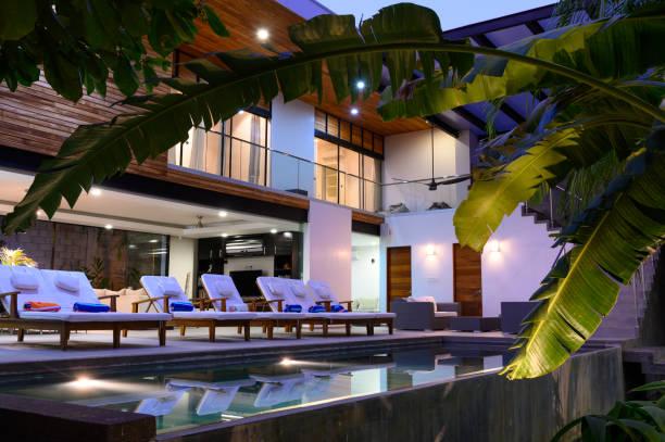 luxuriöses mietobjekt mit schwimmbad - immobilienangebote stock-fotos und bilder