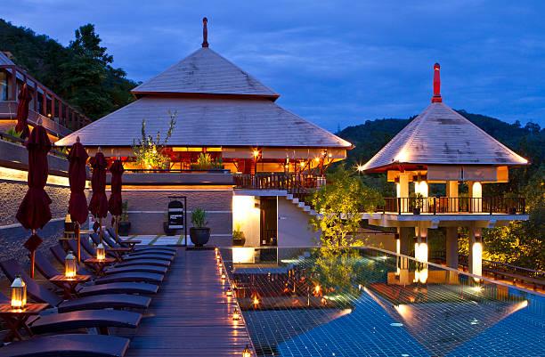 luxuriöses resort in der abenddämmerung - ferienhaus thailand stock-fotos und bilder