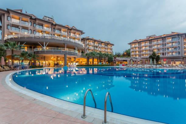 luxus-resort-hotel mit pool bei sonnenuntergang - 5 sterne hotel türkei stock-fotos und bilder
