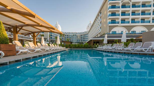 luxus-resort-hotel mit schwimmbad - 5 sterne hotel türkei stock-fotos und bilder