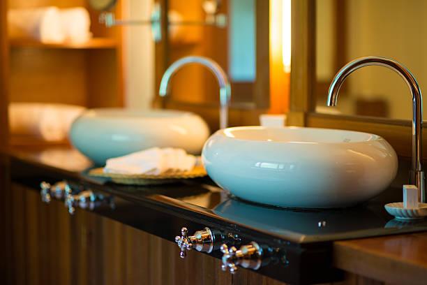 luxuriöse resort-badezimmer waschbecken und weiße handtücher - feng shui einrichten stock-fotos und bilder