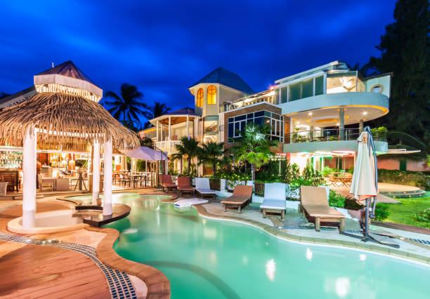 Hôtel de luxe avec piscine et restaurant à twiligh - Photo