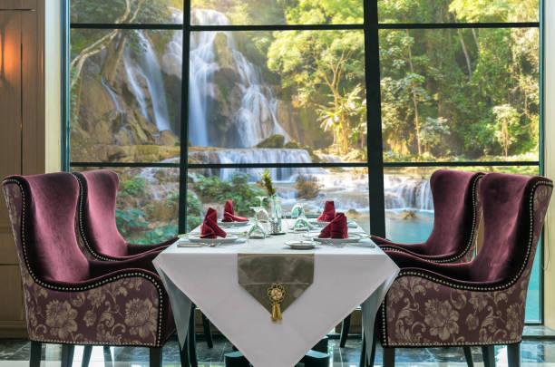 luxus-restaurant festlegen windows glas der blick auf schöne wasserfall im wald, dicut jedes elemente - hai party lebensmittel stock-fotos und bilder