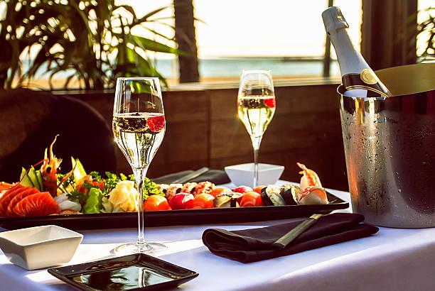 luxuriöses restaurant tisch am strand - sushi essen stock-fotos und bilder