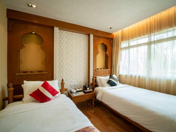 Luxus-Zimmer mit Bett in warmem Licht, Indien Stil, – Foto