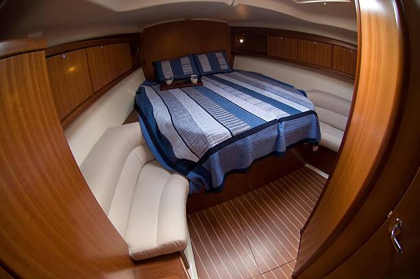 innen luxus-segelboote - nautisches schlafzimmer stock-fotos und bilder