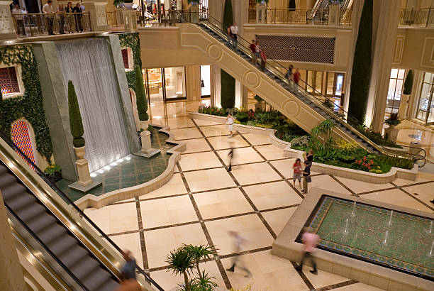 luxus-shopping mall - indoor wasserbrunnen stock-fotos und bilder