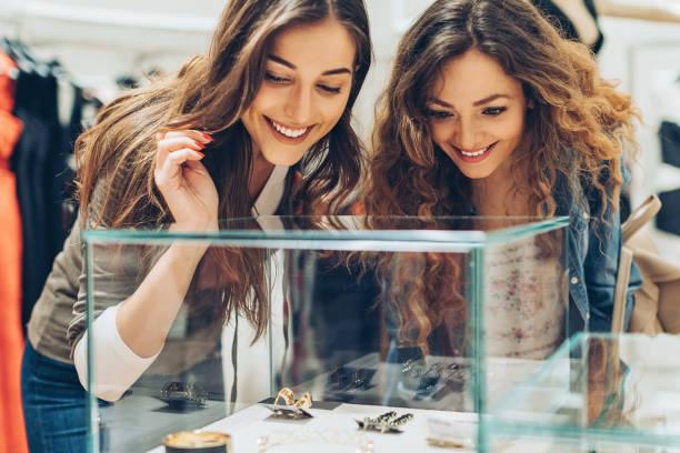luxus-shopping - diamanten kaufen stock-fotos und bilder