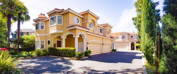 Luxus spanisch stilistisch zwei verkrüssen Haus und Einfahrt Panorama in San Jose Kalifornien – Foto