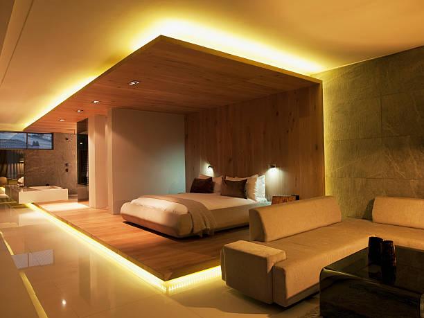 luxuriöses studio-apartment - schlafzimmer beleuchtung stock-fotos und bilder