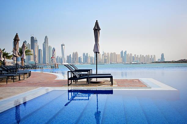 luxus-swimmingpool - dubai urlaub stock-fotos und bilder