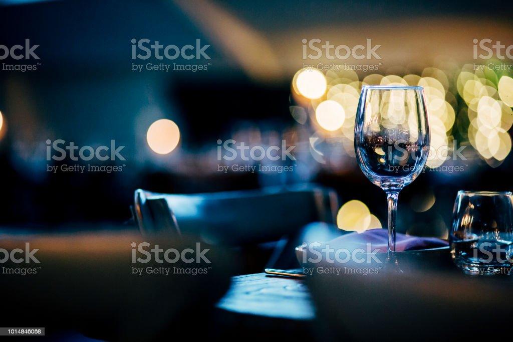 Configurações de mesa luxo para refeições requintadas com e suas obras - foto de acervo
