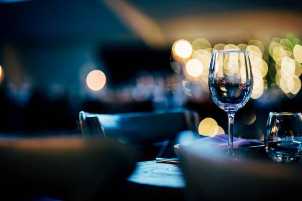 configurações de mesa luxo para refeições requintadas com e suas obras - fine dining - fotografias e filmes do acervo