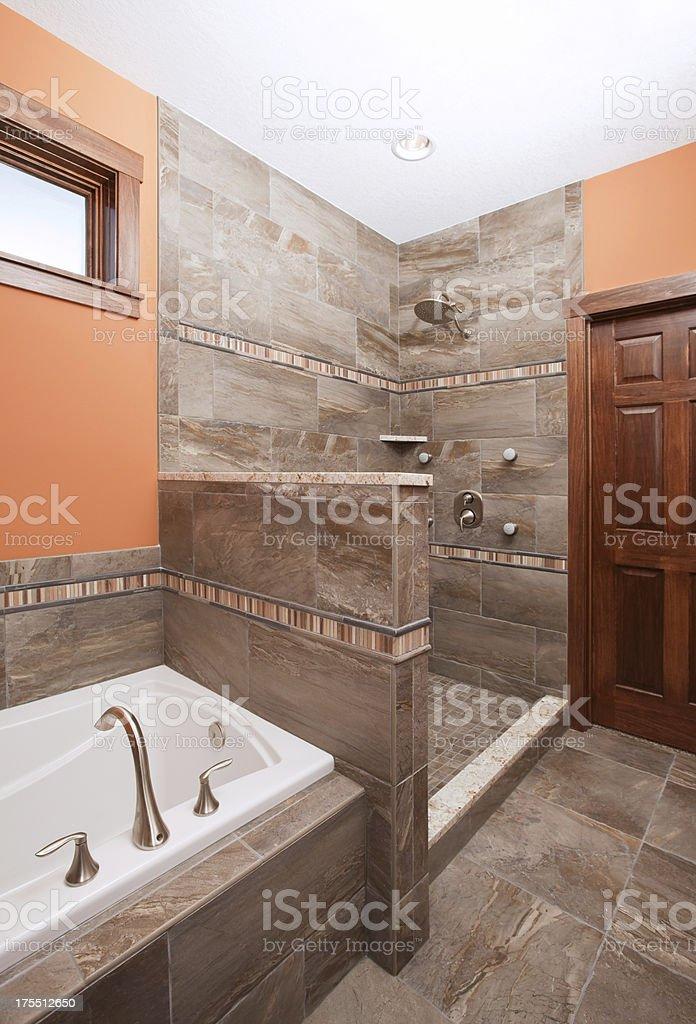 Luxus Badezimmer Und Dusche Mit Vertikalen Spa Stock-Fotografie und ...