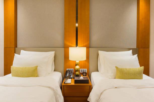 luxury twin bed room in hotel - burma home do zdjęcia i obrazy z banku zdjęć