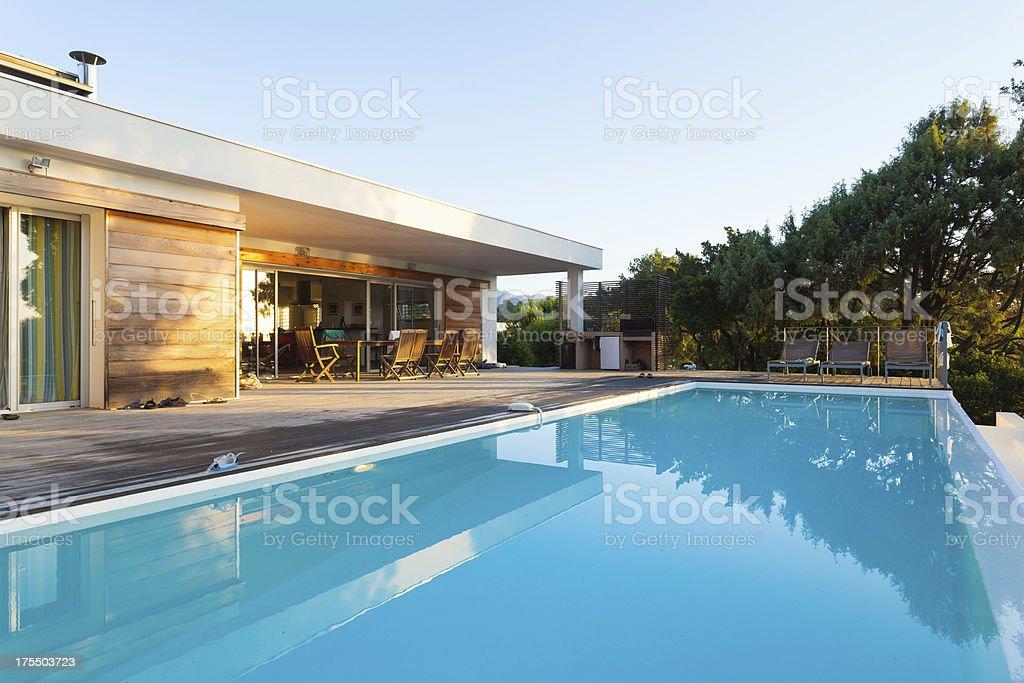 Villa de lujo con piscina - foto de stock