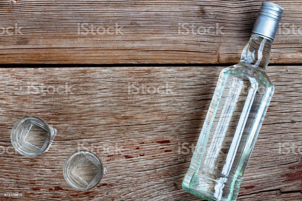Luxe VODKA. Bouteille de vodka avec verres au Conseil d'administration. Sur fond en bois. - Photo