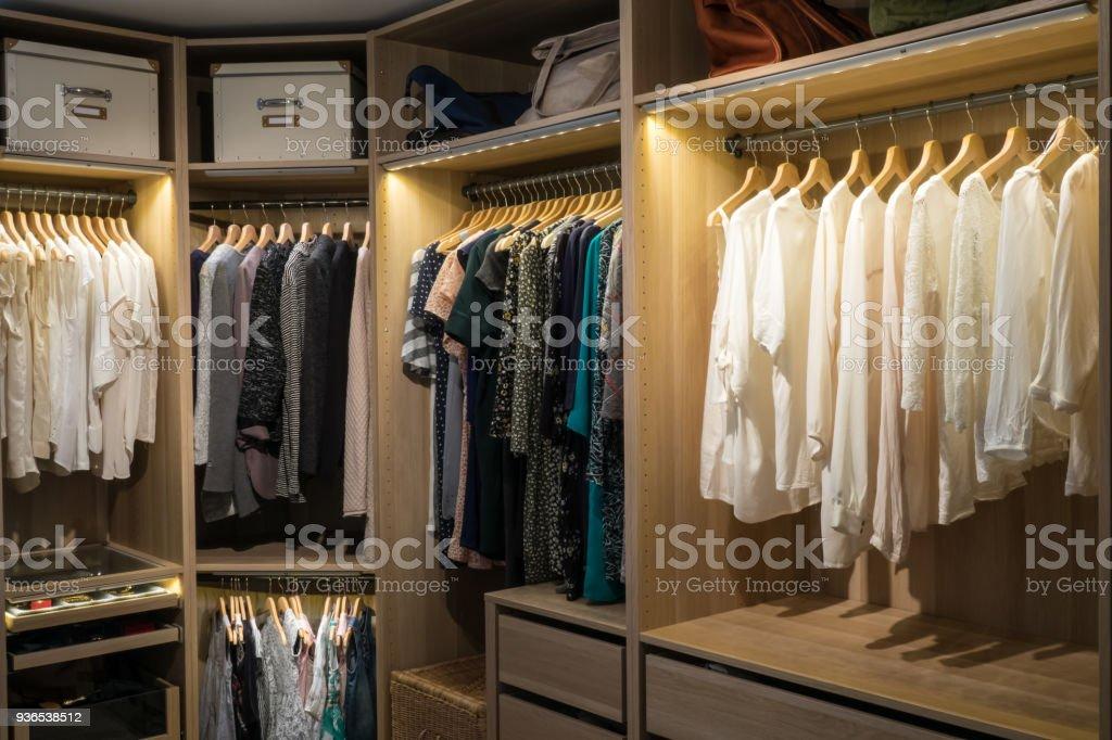 Paseo de lujo en la habitación armario / vestidor - foto de stock
