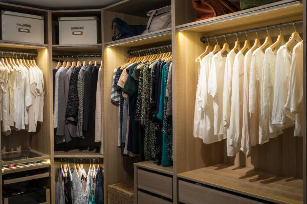 luxus-spaziergang im schrank / dressing room - bügelsysteme stock-fotos und bilder