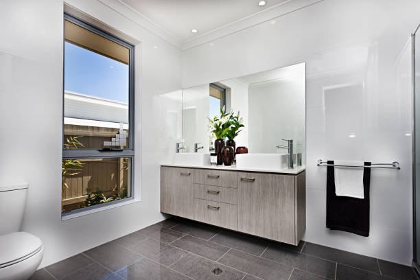 Luxuriöser Waschraum mit einem Fenster neben einer Schüssel – Foto